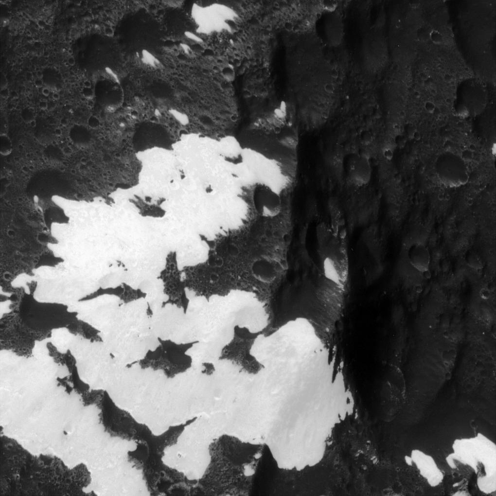 Iapetus' patchy, bright and dark mountains