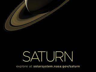 Saturno y sus anillos parcialmente iluminados por la luz solar.