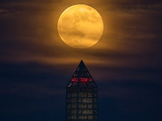 2013 Supermoon Over the Washington Monument